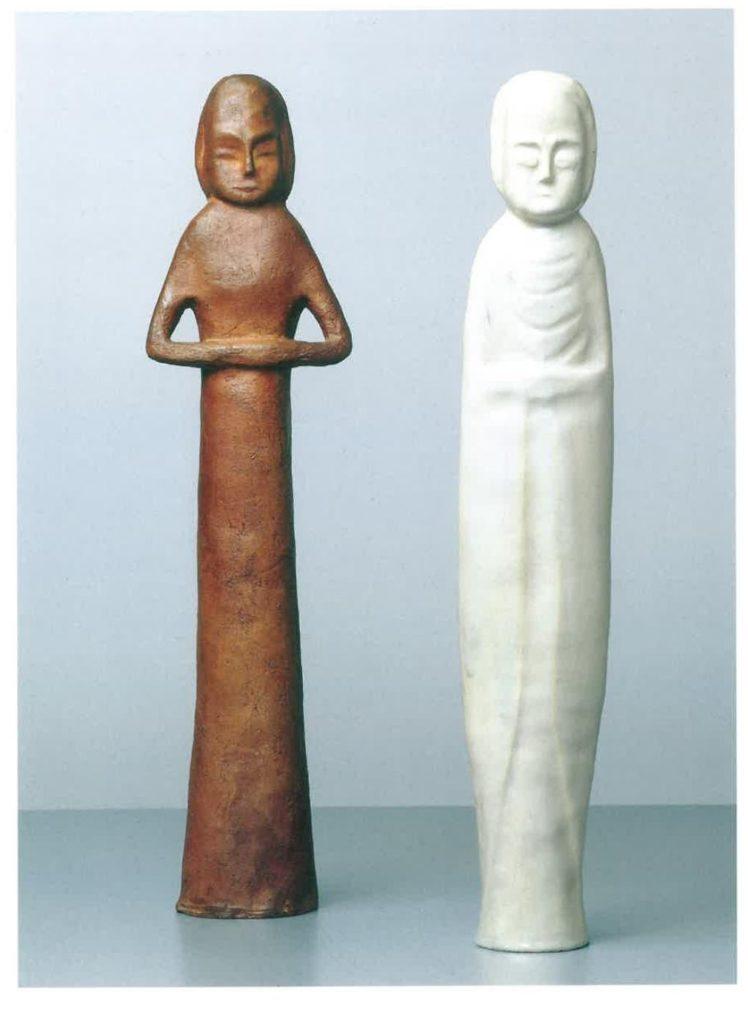 Links:Stehende Figur mit verschränkten Armen, 1924,Steinzeug unglasiert, H 42,5 cmRechts:Stehende Figur, 1924,Steinzeug, weiße, opalisierende Glasur, H 43,5 cm